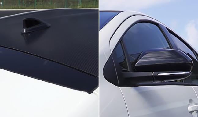 ルーフに貼られたカーボンファイバー調のブラックフィルム ドアミラーもブラック塗装