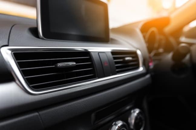 車のエアコンが臭い?嫌なニオイの原因と対策・予防方法