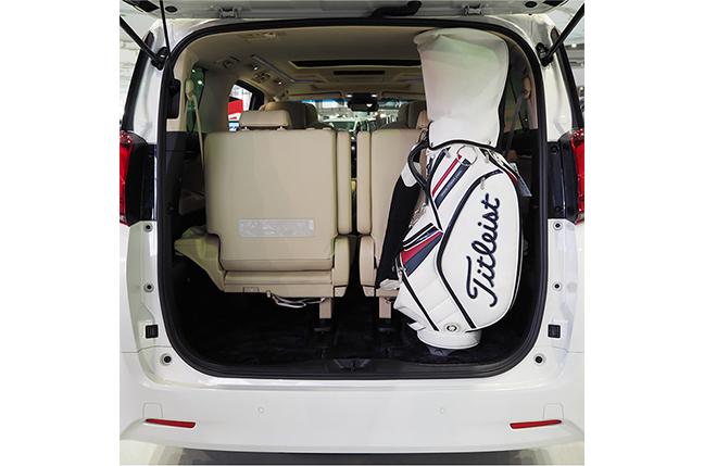 アルファードの荷室 長さ125cmのゴルフバッグを荷室に縦置きした状態