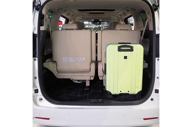 アルファードの荷室 66cm × 43cm x 26cmのスーツケースを立てた状態