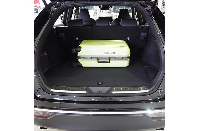 ハリアー66cm × 43cm x 26cmのスーツケースを横置きした状態