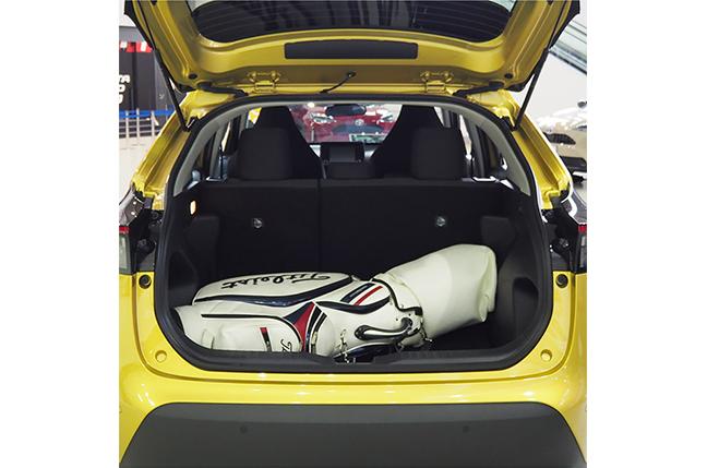 ヤリスクロス長さ125cmのゴルフバッグを荷室に横置きした状態