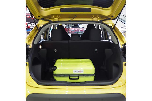 ヤリスクロス66cm × 43cm x 26cmのスーツケースを横置きした状態