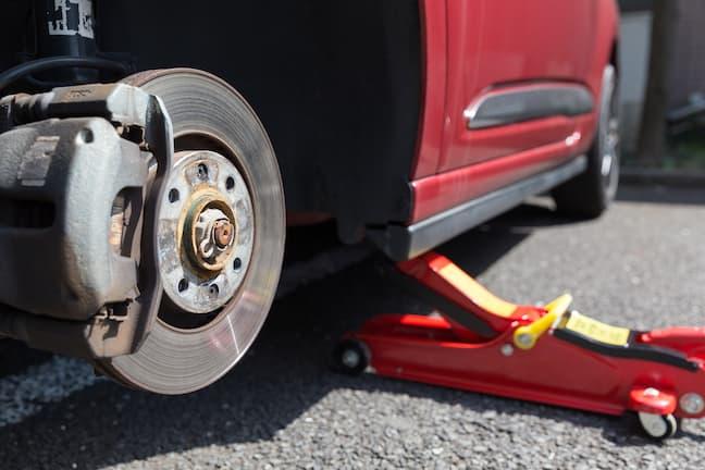 ジャッキを使ったタイヤ交換
