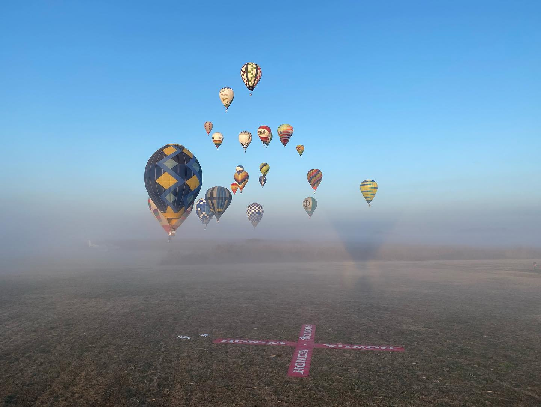熱気球と朝霧